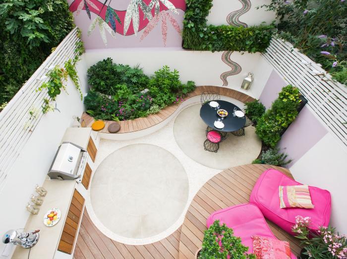 Ультрамодное патио с кухней и местом для отдыха может превратится в излюбленное место сбора семьи и друзей.
