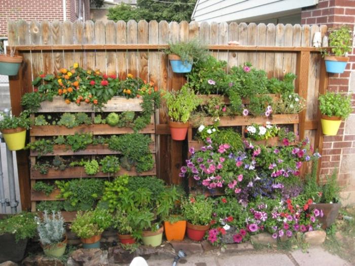 Из деревянных поддонов можно сделать массу полезных вещей для садового участка, в том числе, необычные вертикальные грядки.