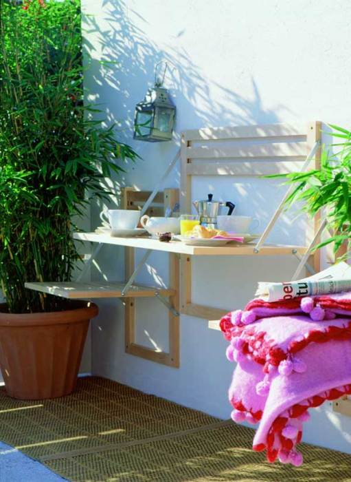 Раскладной столик и стул, сделанные своими руками, могут стать основными элементом при организации небольшого пространства летнего патио.