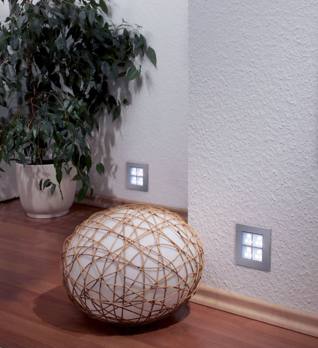 Вмонтированные небольшие светодиодные светильники, которые придают помещению эстетичности.