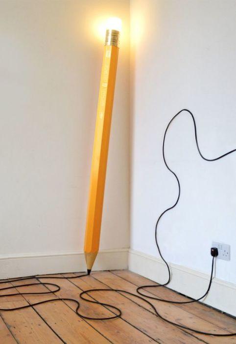 Огромный напольный светильник в виде простого карандаша.