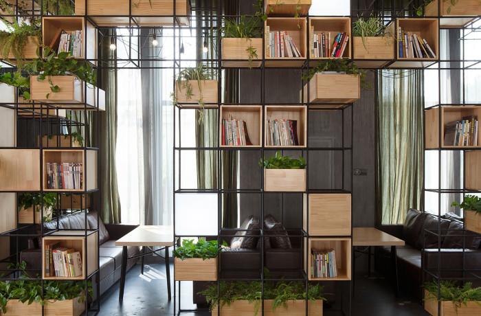 Необычные идей разделения пространства с помощью многофункциональных стеллажей.