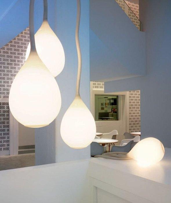 Необычные светодиодные светильники в форме капли в интерьере кухни.
