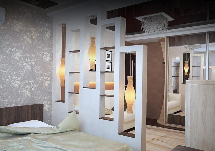 Спальная комната в нейтральных тонах, разделенная гипсокартонным полуоткрытым стеллажом-перегородкой.