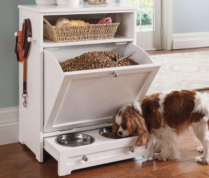 Чтобы сэкономить место в квартире можно создать место для хранения корма прямо в шкафу.