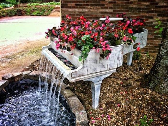 Декоративный водопад в виде рояля станет необычным дополнением в интерьере садового участка.