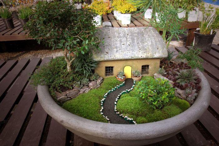 Оригинальный макет садового участка в каменно кашпо - необычные украшения для сада.