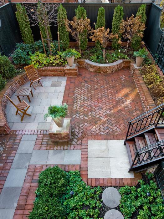 Эффективное и привлекательное обустройство небольшого двора загородного дома.