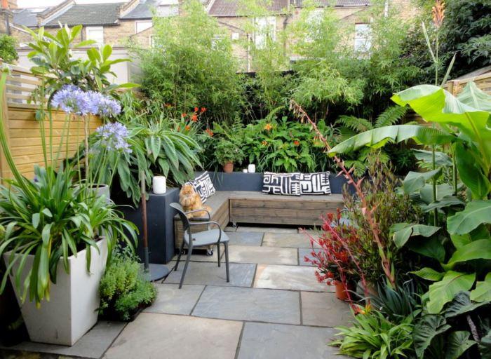 Комфортная зона отдыха, окружённая многолетними растениями.