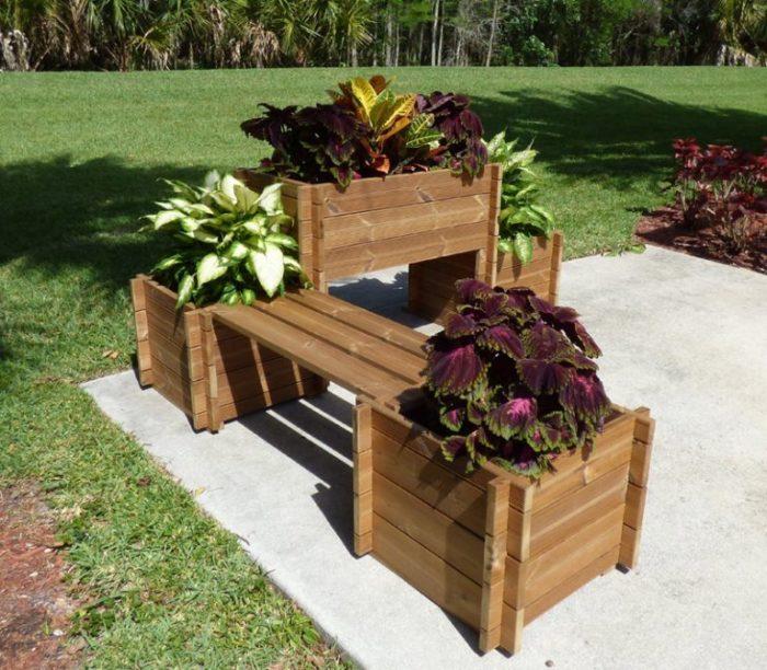 Многофункциональная конструкция из недорогой древесины, которая выполняет роль скамейки и служит отличным основанием для грядок.