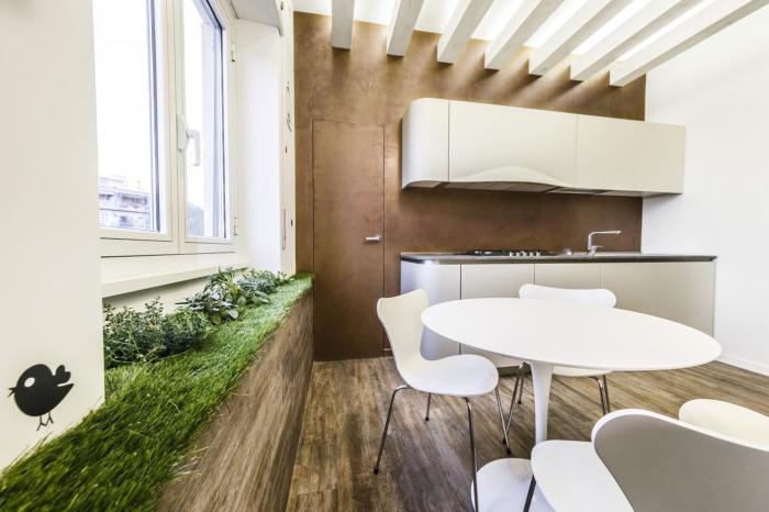 Выстеленный на подоконнике газон с растениями будет круто смотреться на кухне.