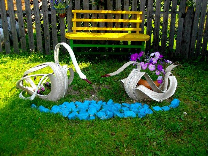 Лебеди из старой автомобильной покрышки – незаурядное украшение сада.