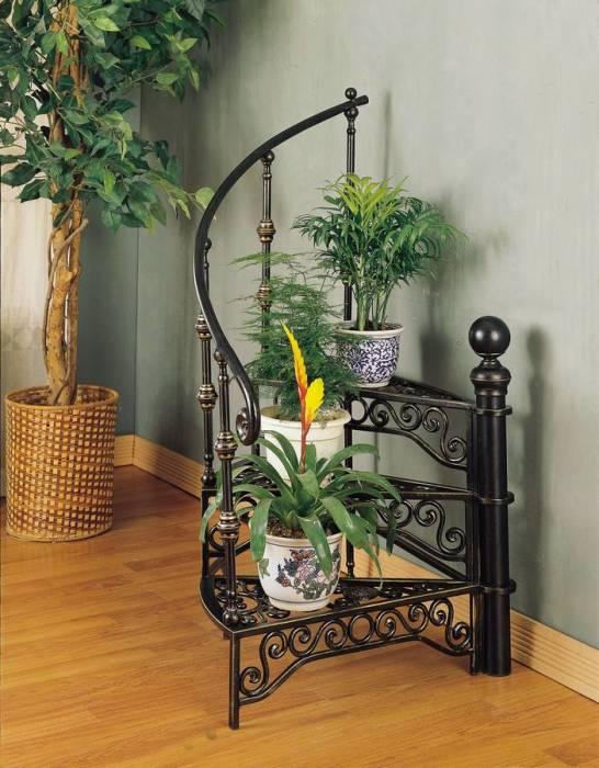Кованная подставка для небольших комнатных растений в форме ажурной лестницы.