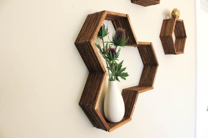 Нескучная полка для растений, сделанная из палочек для мороженого.