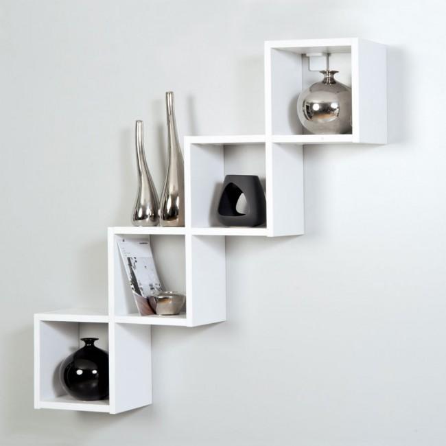 Квадратные настенные полки из покрашенного в белый цвет дерева отлично впишутся в светлый интерьер гостиной комнаты.