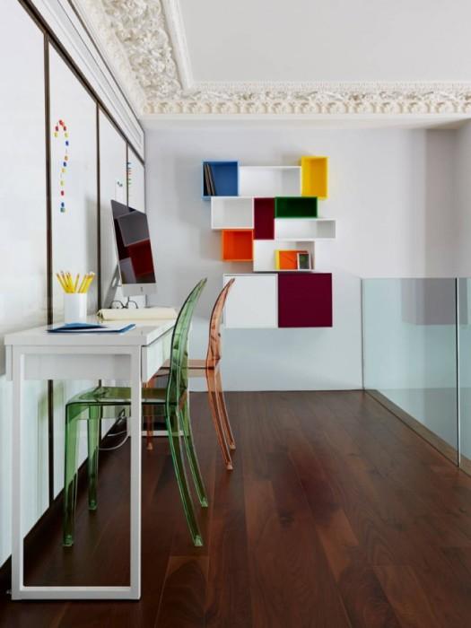 Разноцветные пластиковые полки, которые ярким акцентом выделяются на воне белой стены.