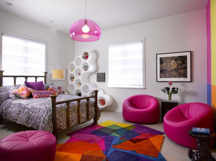 Модульный пластиковый стеллаж для детской комнаты, в ячейках которого можно хранить игрушки и книги.