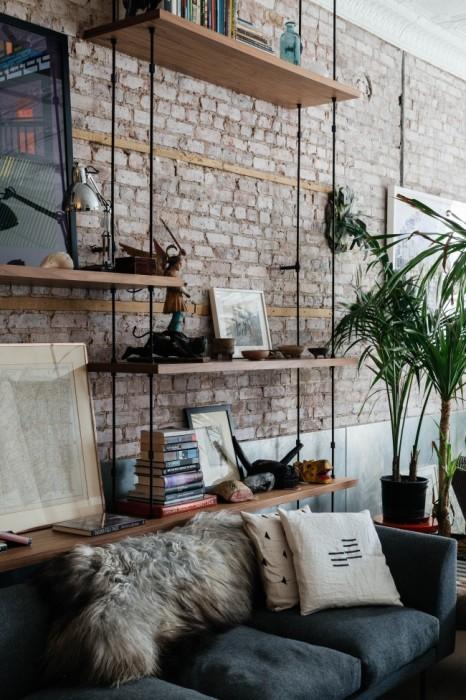 Стеллаж для книг и сувениров, который отлично вписывается в помещение в стиле лофт.