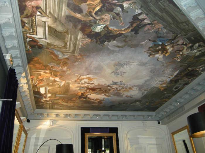 Фреска на потолке в аристократическом стиле.