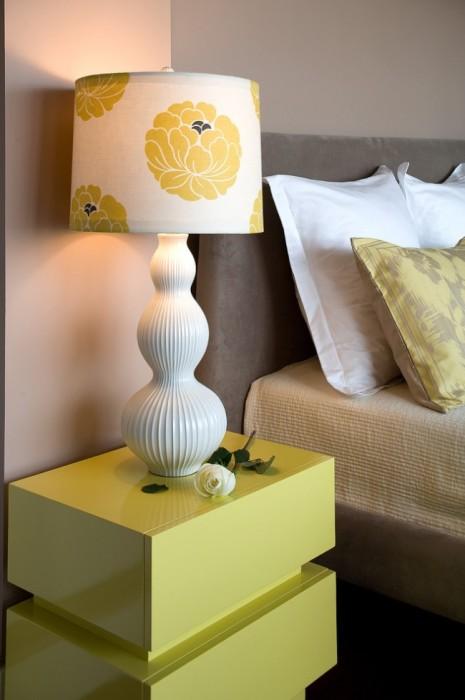 Светло-салатовая прикроватная тумбочка идеально впишется в нейтральный интерьер спальной комнаты.