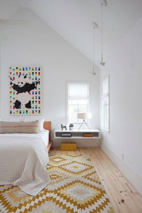 Подвесная открытая прикроватная подоконник-тумба - важный элемент декора спальной комнаты.