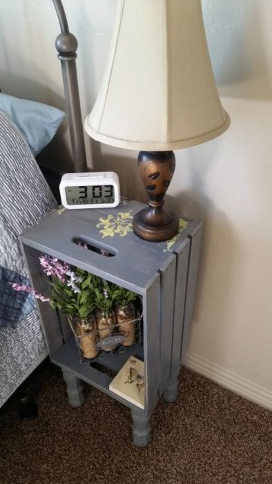 Покрашенный в серый цвет деревянный ящик может стать отличной тумбочкой, которая освежит и украсит любую спальню.