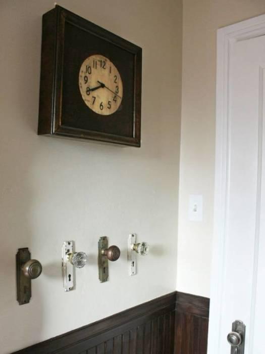Полотенцедержатель из старой металлической дверной ручки для ванной комнаты.