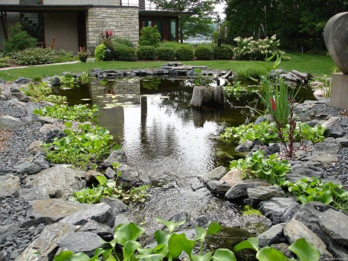 Декоративный водоем, создающий теплую и приятную атмосферу на территории сада.