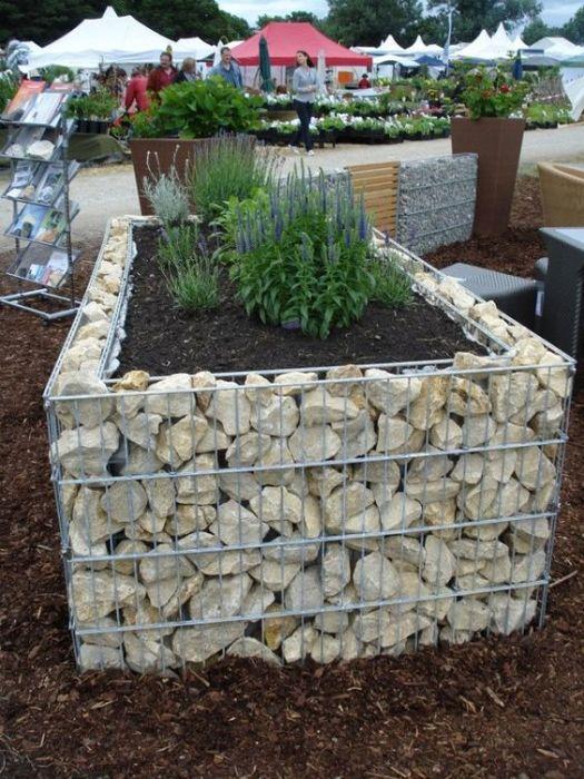 Стандартная конструкция габиона в ландшафтном дизайне садового участка.