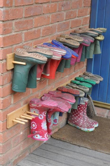 У входа в загородный дом можно соорудить небольшие вешалки для резиновых сапог.