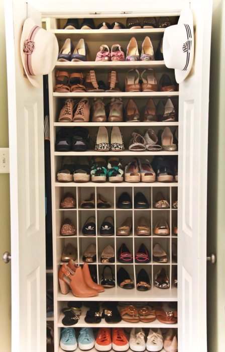 Классический встроенный платяной шкаф в подсобном помещении.