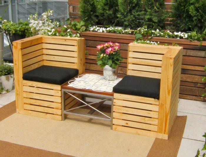 Садовая мебель из деревянных поддонов отлично дополняет различные стили ландшафтного дизайна.