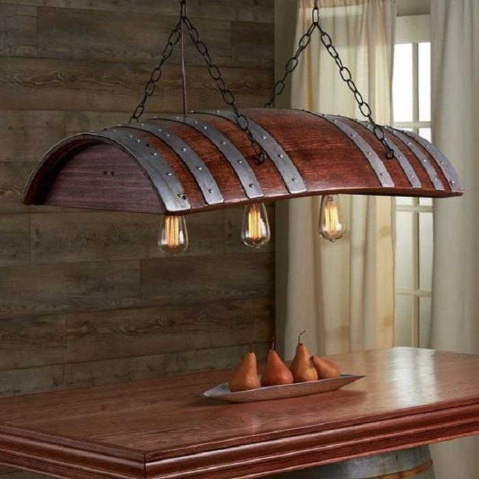 Светильник из старой деревянной бочки.