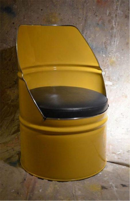 Украсить интерьер можно небольшим креслом из металлической бочки, которое не трудно изготовить своими руками.