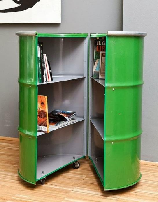 Креативный и удобный шкафчик из металлической бочки отлично подойдет для хранения различных вещей.
