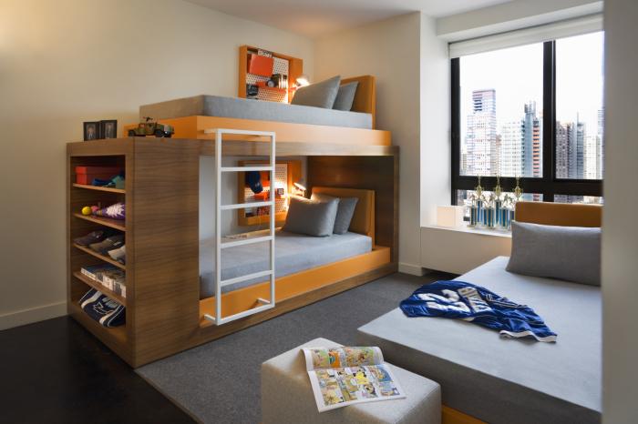 Современная двухъярусная кровать с подсветкой и яркими оранжевыми акцентами.