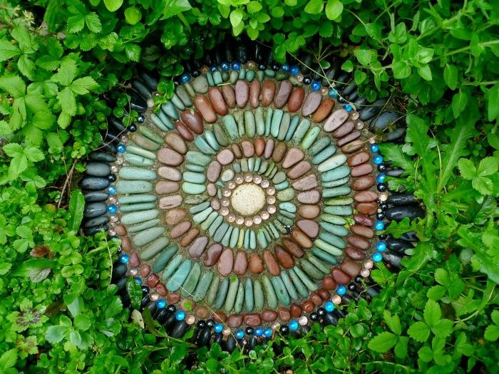 Удивительный узор из небольших натуральных камней.