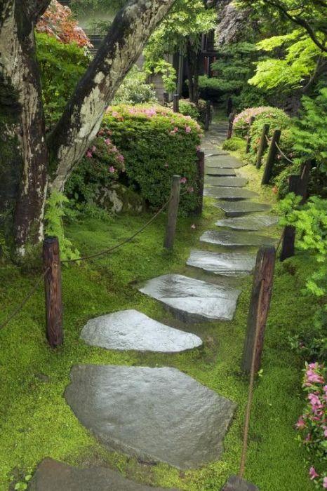 Садовая дорожка с большими камнями - удивительный пример традиционного японского стиля в ландшафтном дизайне.