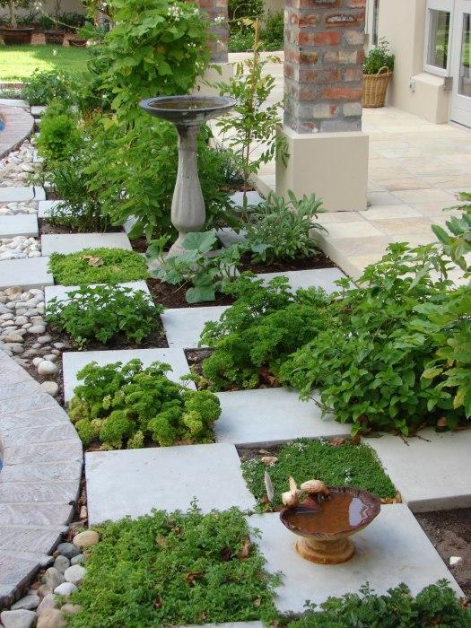 Отличное сочетание бетонных плит и натурального камня в ландшафтном дизайне садового участка.