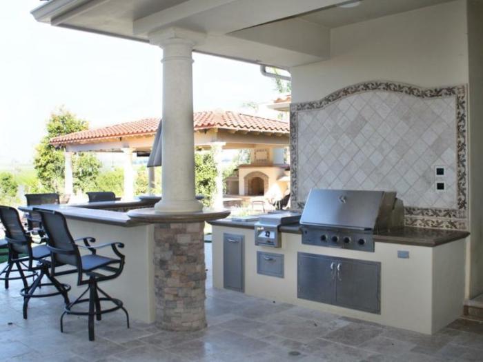 Летняя кухня может выглядеть невероятно эффектно, если использовать натуральные материалы.