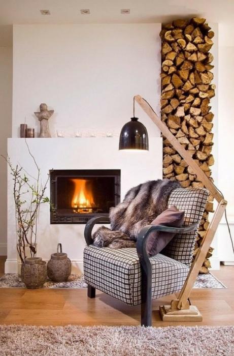 Светильник с деревянными элементами отлично вписывающийся в уютный интерьер гостиной комнаты.