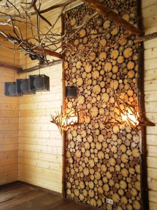 Оригинальная стена из спилов привнесет изюминку в интерьер загородного дома.
