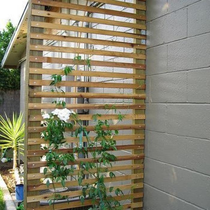 Обычные деревянные перегородки разных форм и размеров могут стать одними из лучших предметов в декорировании садового участка.