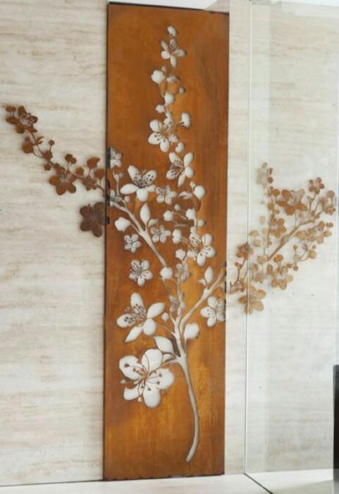 Деревянное настенное украшение - отличное дополнение к интерьеру.