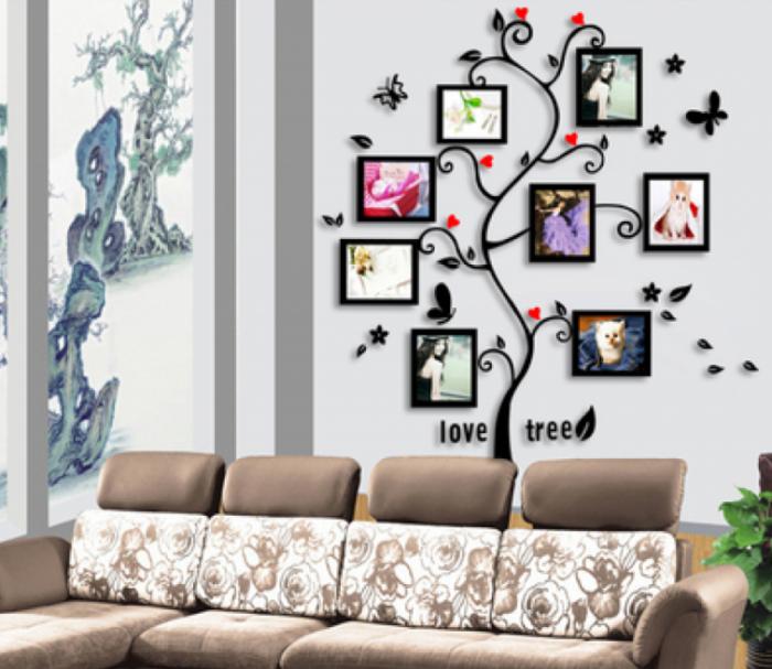 Настенная галерея в форме дерева в интерьере гостиной комнате.