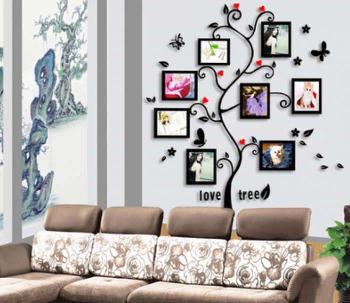 Настенные фотографии в виде дерева в гостиной комнате.