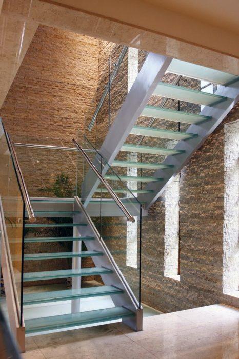 Сочетание стекла и металла позволило создать эффект воздушности и легкости.