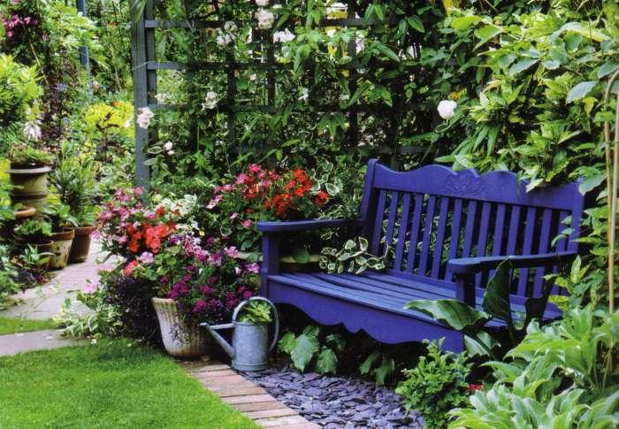 Фиолетовая лавочка в саду - смелое и креативное решение.