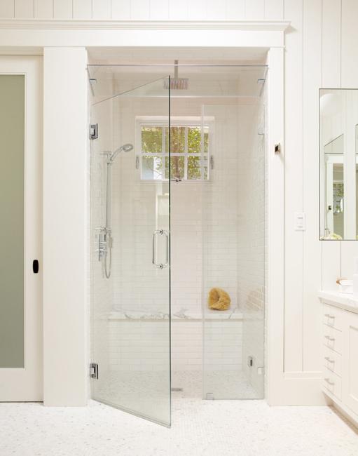 Современные дизайнеры предлагают целый спектр решений по оптимизации пространства и визуального увеличения объема небольшой ванной комнаты.