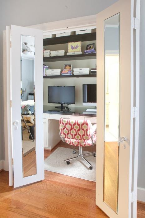 Небольшая кладовая при профессиональном подходе может превратиться в уютный кабинет.